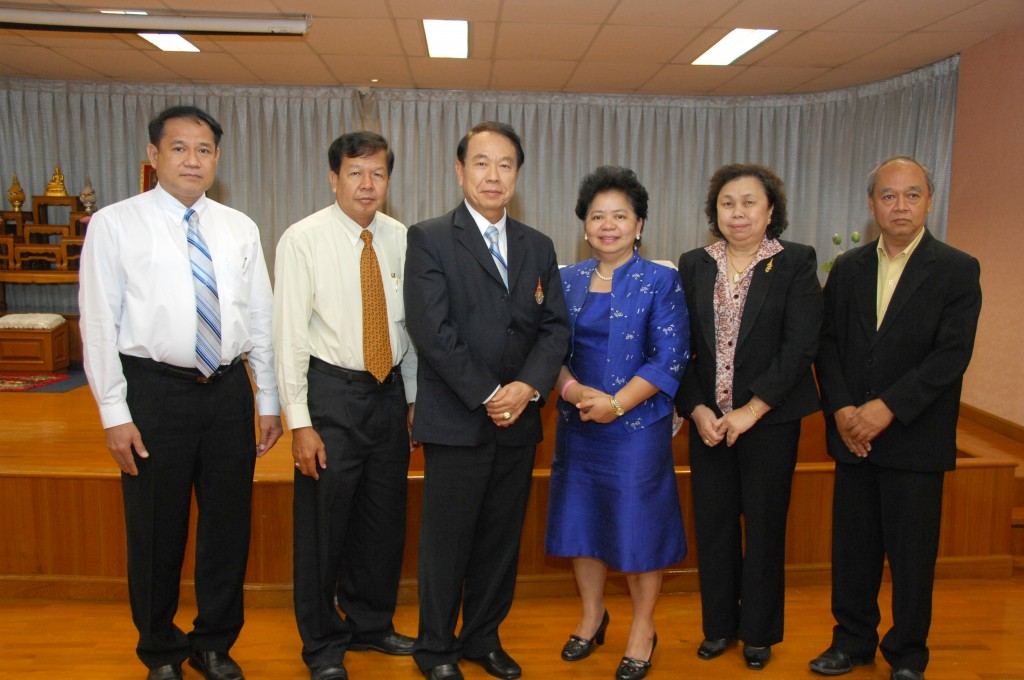 The University members taken pictures with guest lecturers